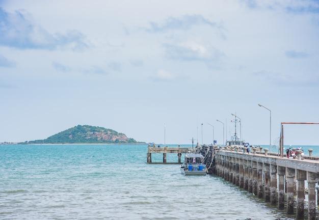 Fischerboot in der nähe von anlegesteg