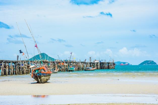 Fischerboot in der nähe von anlegestelle