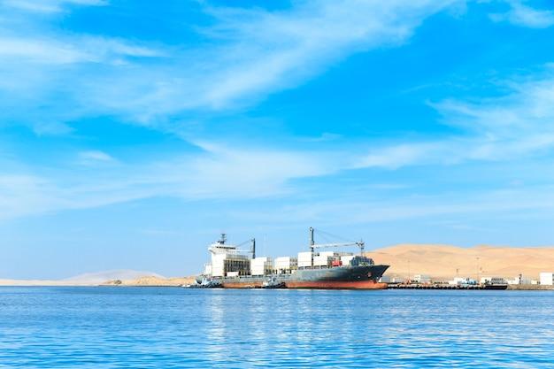 Fischerboot in der region islas ballestas