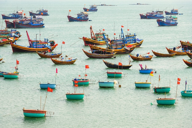 Fischerboot über mui ne bucht, vietnam