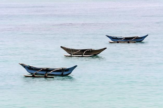 Fischerboote auf dem ozean. sri lanka