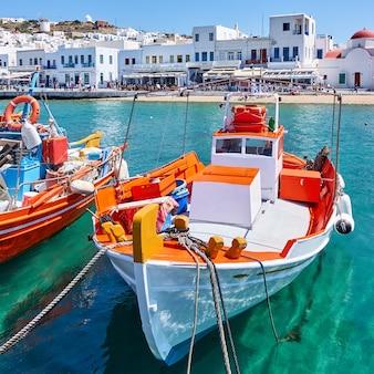 Fischerboote im alten hafen von mykonos, griechenland