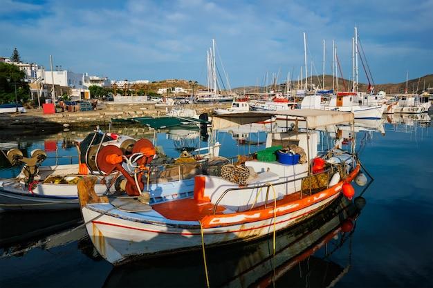 Fischerboote im hafen von naousa. paros lsland, griechenland