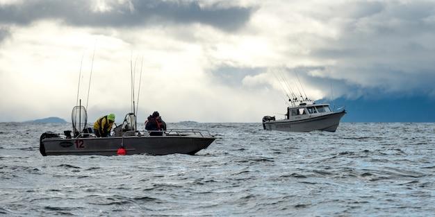 Fischerboote im pazifischen ozean, regionaler bezirk skeena-königin charlotte, haida gwaii, graham ist