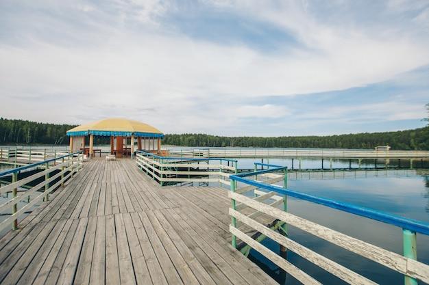 Fischerbrücke am fluss. bootslandung auf dem see. wasser und transport