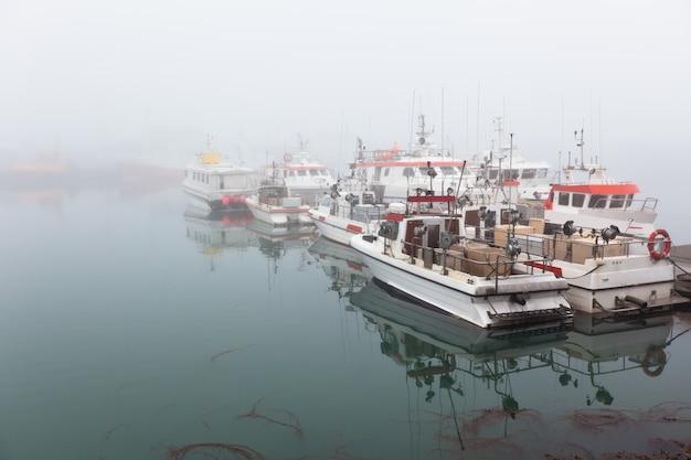 Fischereifahrzeug an einem nebeligen nebelhaften morgen