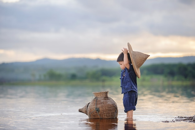 Fischerjunge im fluss auf dem land