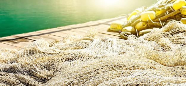 Fischernetz auf dem pierhintergrund mit sonneneruption