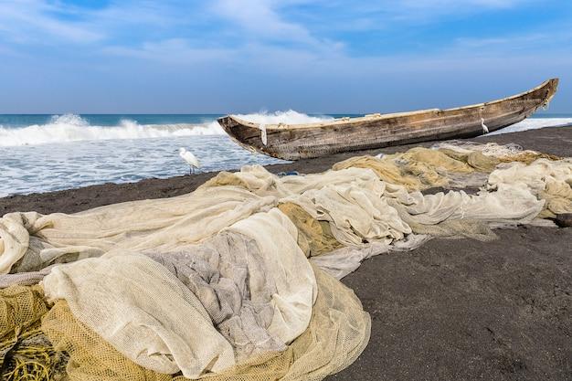 Fischernetz und boot am odayam strand, varkala, indien.