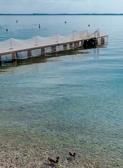 Fischernetze auf einem pier am gardasee ausgelegt.
