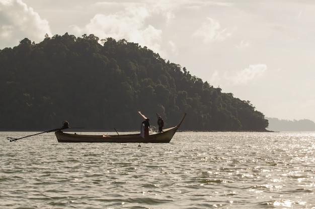 Fischerschattenbild bei sonnenuntergang mit dem berg.