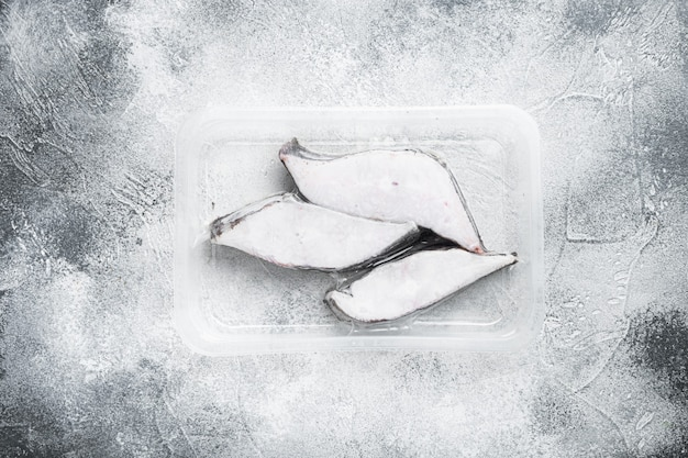 Fischfilet gefrorenes pack-set, auf grauem steintisch