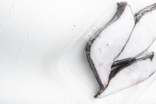 Fischfilet gefrorenes pack-set, auf weißem steintisch