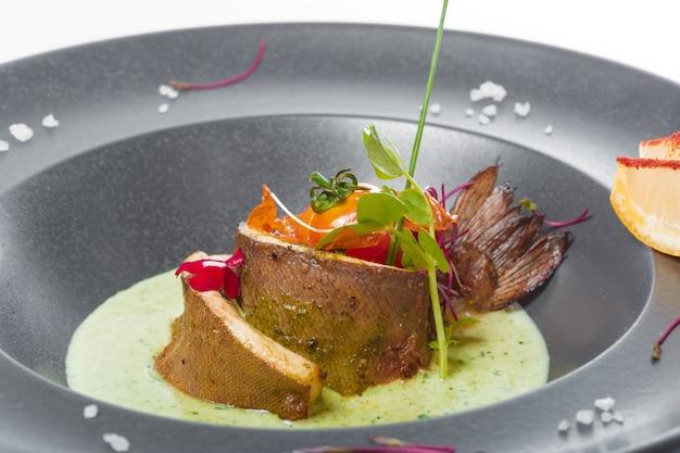Fischfilet mit sauce gebacken und dekoriert