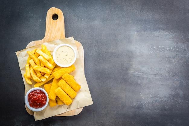 Fischfinger und pommes frites oder chips mit tomatenketchup