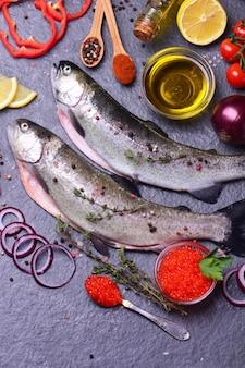 Fischforelle mit gewürzen und zitrone,roter kaviar