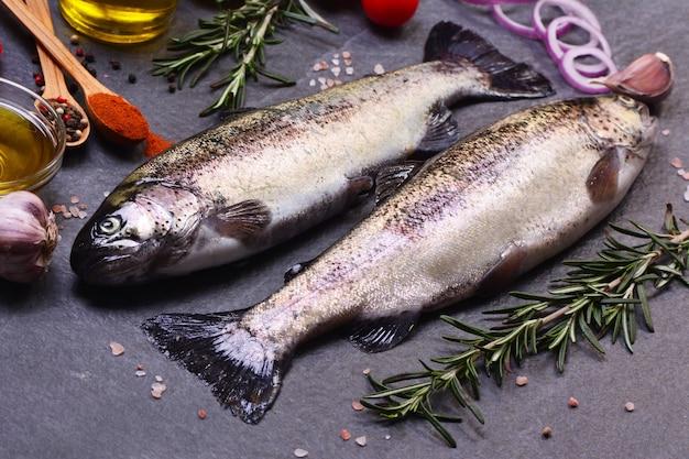 Fischforelle mit gewürzen und zitrone