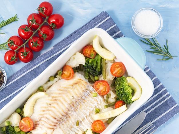 Fischjau gebacken im blauen ofen mit gemüse - brokkoli, tomaten. keto, fodmap, paläo