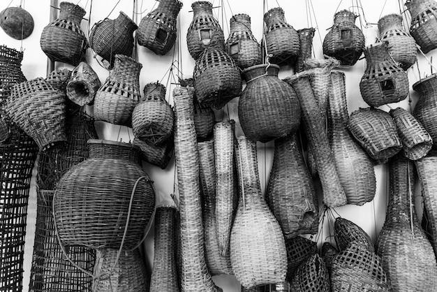 Fischkäfige an einer wand