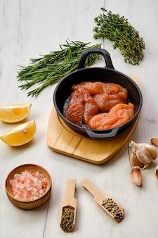 Fischkaviar in gusseiserner pfanne mit gewürzen und kräutern