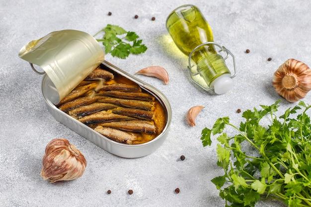 Fischkonserven in blechdosen: lachs, thunfisch, makrele und sprotten.