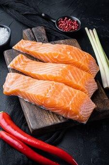 Fischkuchen-zutaten mit lachskräutern und gewürzen