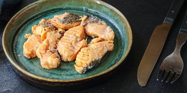 Fischlachs meeresfrüchte in dosen, bereit, auf dem tischmahlzeitsnack zu essen