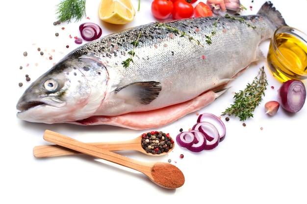 Fischlachs mit gewürzen und gemüse