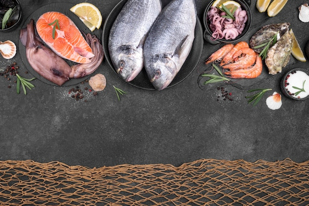 Fischnetz und meeresfrüchte auf dunklem hintergrund