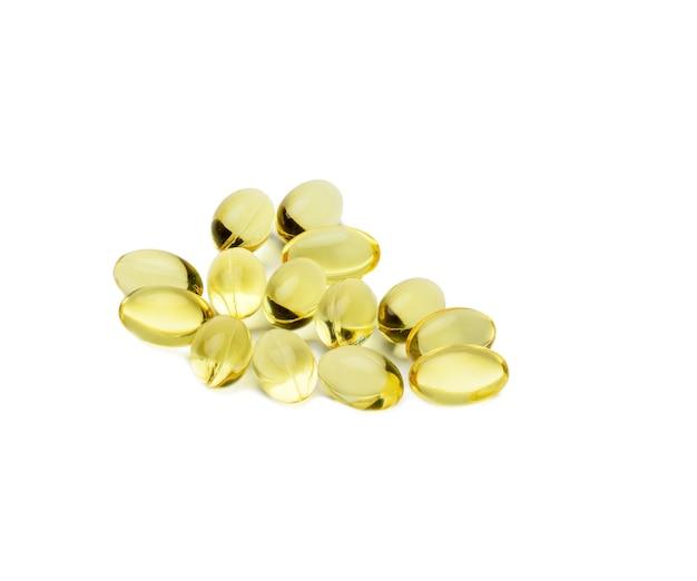 Fischölkapseln isoliert auf weißer oberfläche, nahrungsergänzungsmittel für die gesundheit, nahaufnahme