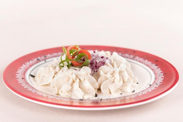 Fischrogen-salat, rote zwiebel, dekoriert mit grünen und roten blättern