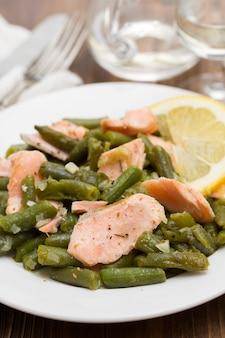 Fischsalat mit grünen bohnen und pilzen