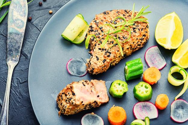 Fischsalat mit thunfisch, limette, okra, rettich und karotten