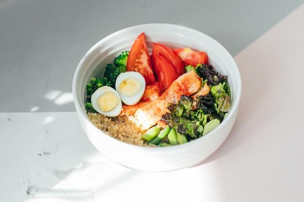 Fischsalatschüssel mit lachsen. gesunde mahlzeit, lebensmittelkonzept.