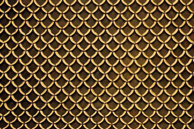 Fischschuppen-dach-draufsichtmuster. dach der thailändischen art ziegeldach der natürlichen farbe der hintergrundoberfläche der alten thailändischen tempelbeschaffenheit
