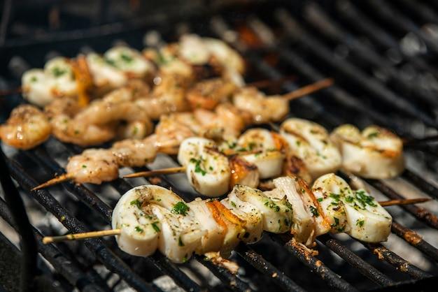 Fischspieße mit garnelen und tintenfisch auf dem grill