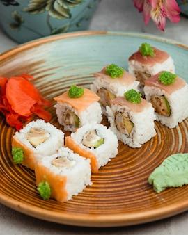 Fischsushi mit reis und wasabi