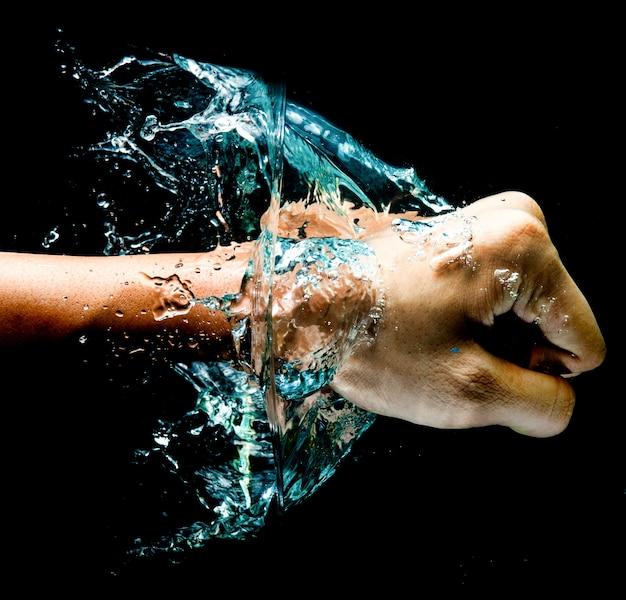 Fist punsch in wasser mit großen spritzer