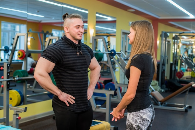 Fit attraktives junges paar in einem fitnessstudio