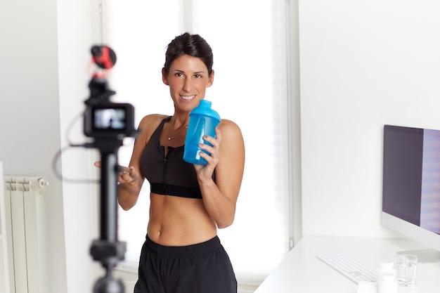 Fit blogger, der über proteinergänzungen spricht Premium Fotos