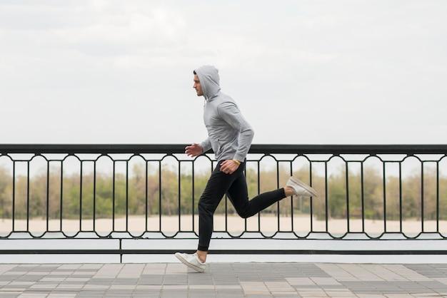 Fit erwachsenen mann joggen im freien
