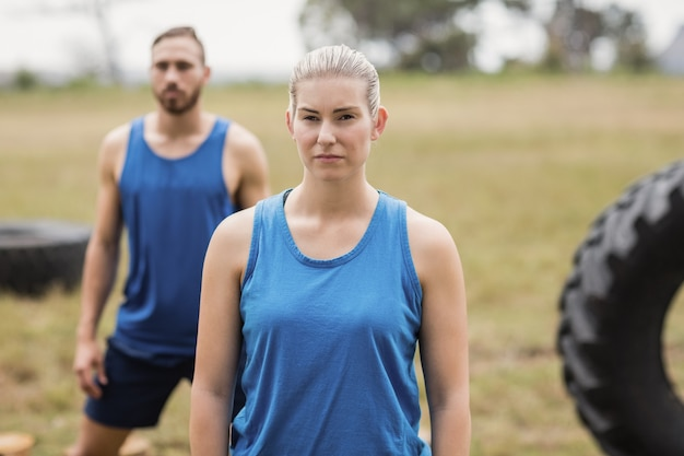 Fit fit menschen, die stretching-übungen im boot camp durchführen