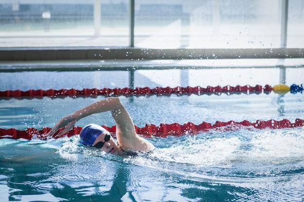 Fit frau im pool schwimmen