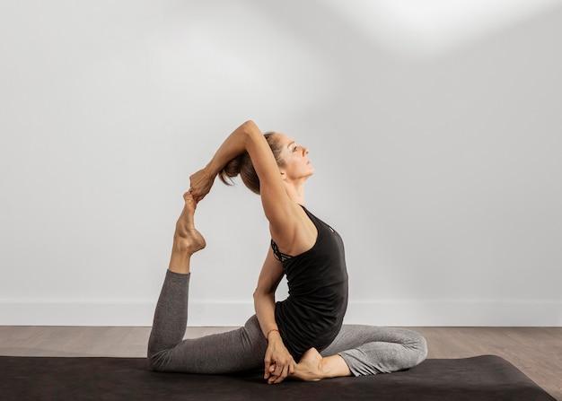 Fit frau macht yoga zu hause