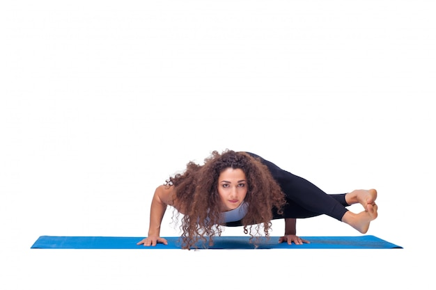 Fit junge frau macht yoga-übungen.