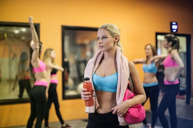 Fit mädchen im fitnessstudio