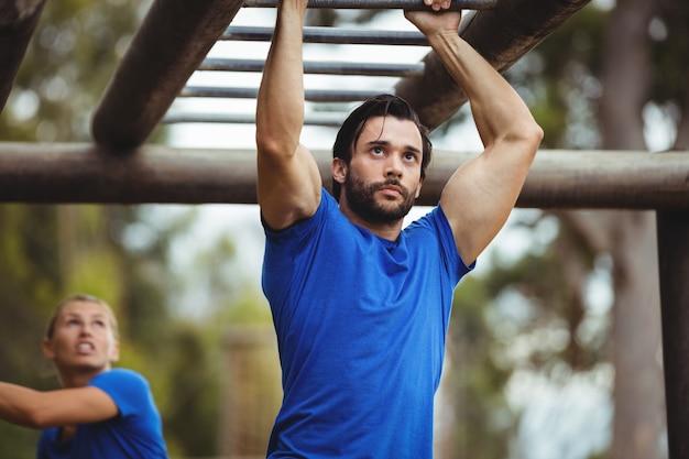 Fit mann klettern kletterstangen Premium Fotos