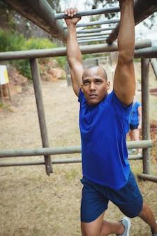 Fit mann klettern kletterstangen
