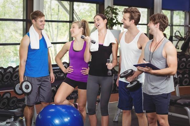 Fit menschen mit sportgeräten im fitnessstudio