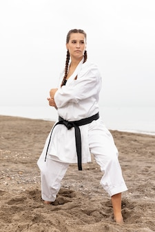 Fit model training im karate kostüm